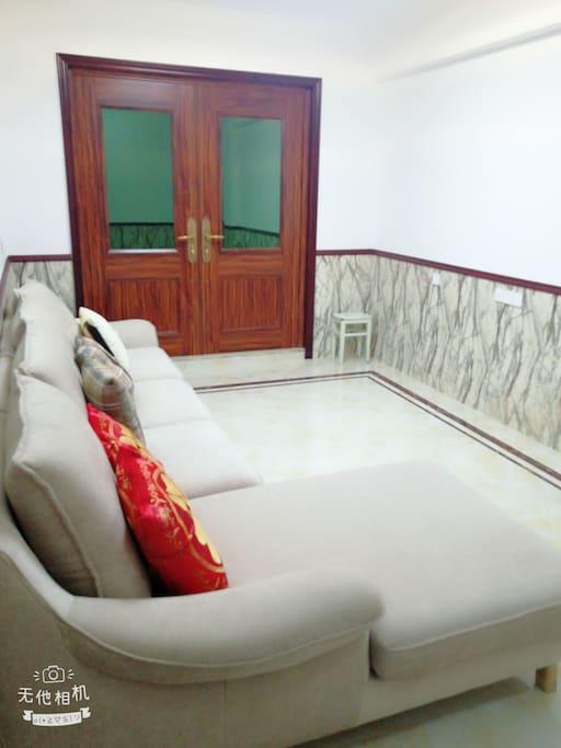 这是三楼的小客厅,供客户休息的地方,门外有阳台,可以眺望远方,欣赏门前的美景