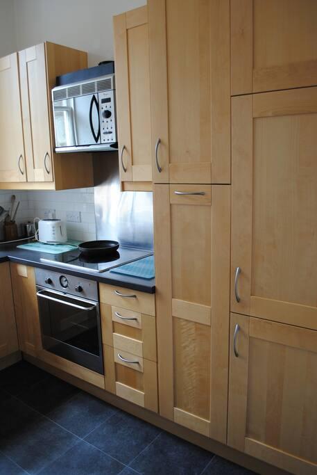Kitchen with integrated fridge/freezer