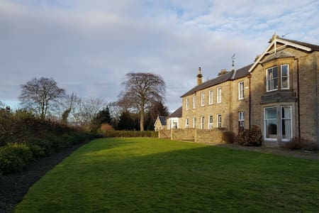 2 Snow Hall, 5 acre garden, spacious historic home