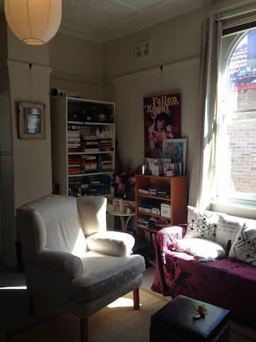 Cosy central studio apartment + cat - Stanmore - Apartment