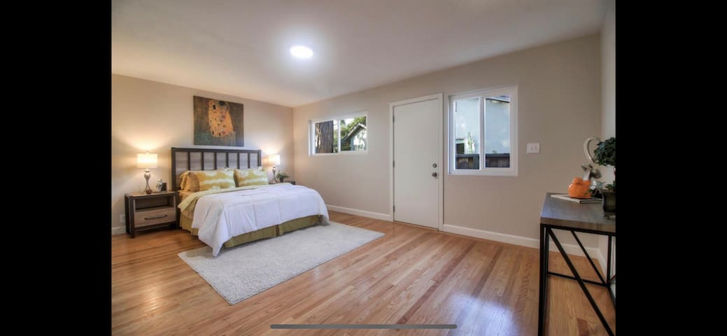 Bright Private bedroom w/ bath in Rose Garden