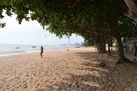 Large, 3 bed beachfront apartment - Sattahip