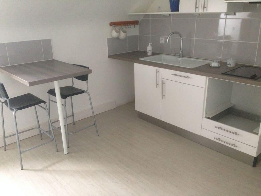 La cuisine et le coin repas.