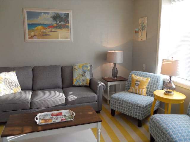 Home on the bay. Private two bedroom in Astoria