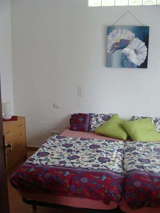 Schlafzimmer mit zwei Einzelbetten.