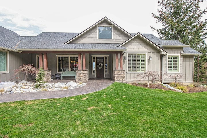 Spacious home, overlooking Lake Chelan, w/ great views, decks & boat slip