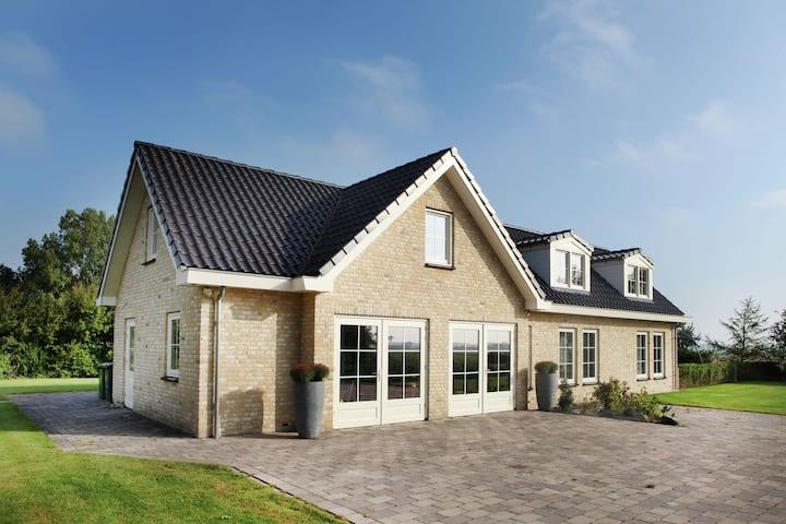 Villa moderna en Schoorl con vista al prado