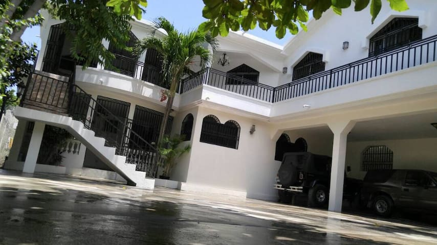 Private Gated House, 6 Bedrooms