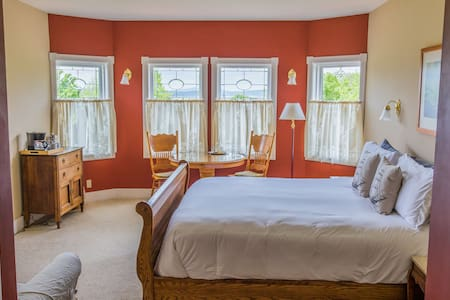 King Bed with the BEST Sunsets! - Lopez Island - Bed & Breakfast