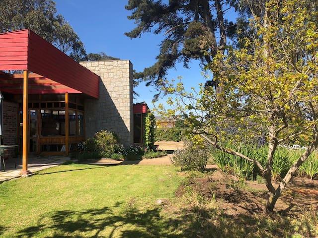 Casa rústica con amplio jardín y chimenea