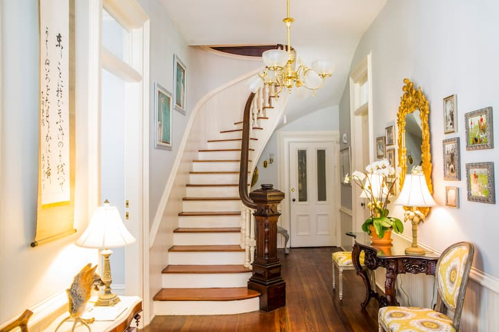 Private Suite in Historic Mansion, walk downtown