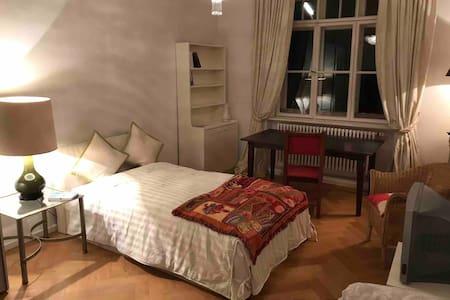 Charming room in Munich City | Wohnen an der Isar