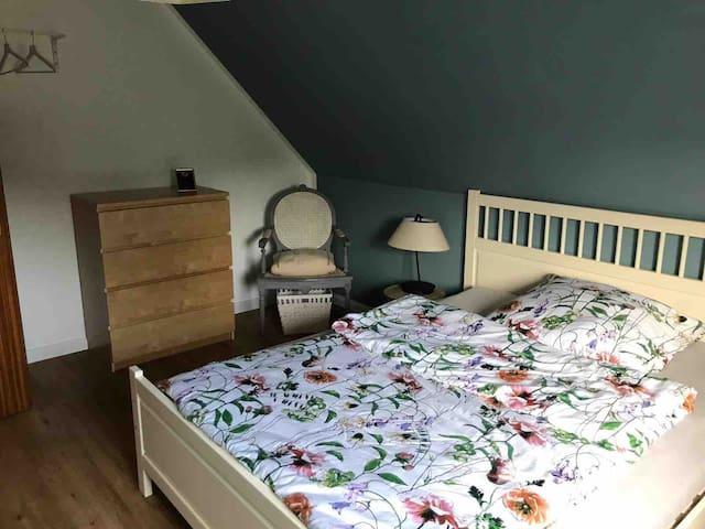 Schlafzimmer mit Doppelbett 1,60m