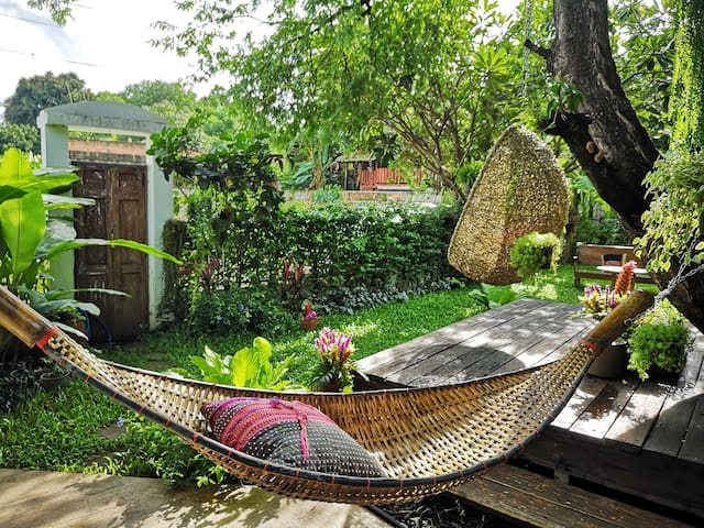 Private garden with 2 hammock.