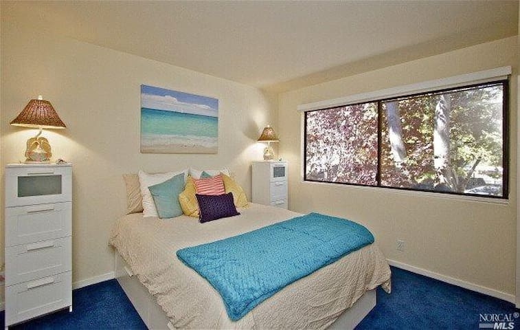 Beautiful private room in lively downtown - Novato - Rumah bandar