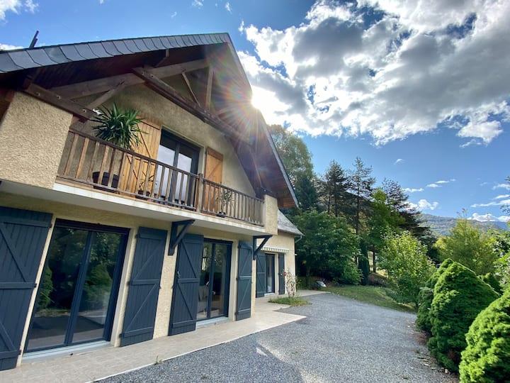 Grande maison vue montagne