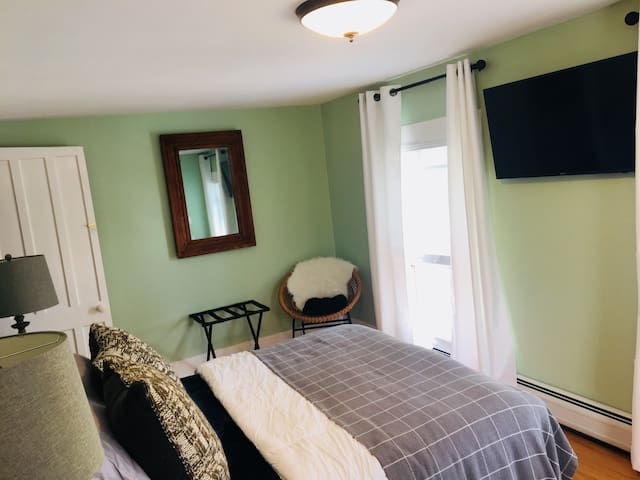 Suite for 4 w/priv bath, new Inn, walk to Ommegang