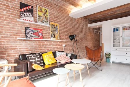 Brand new luxury apartment: renovation just finished in march 2014. 2 double bedrooms and 2 complete bathrooms. 2 min. away from the Letamendi square and the pedestrian street Enric Granados with its many restaurants and terraces.