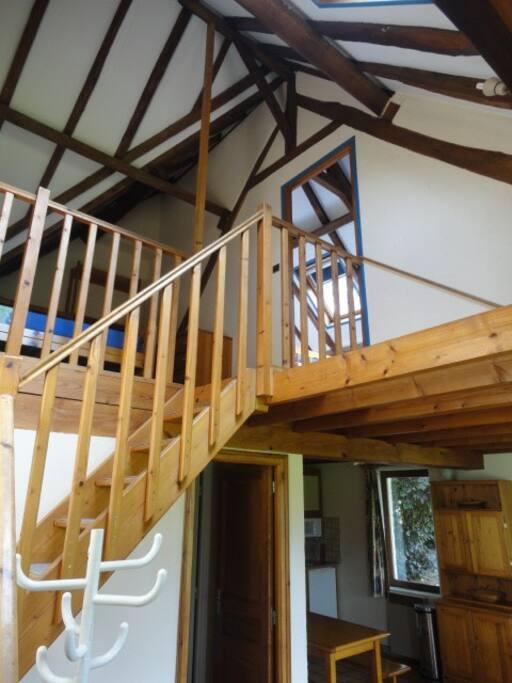 escalier vers mezzanine et chambre au 1er étage