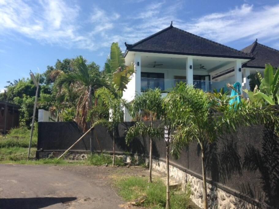 Villa Lotus en de straat langs de villa