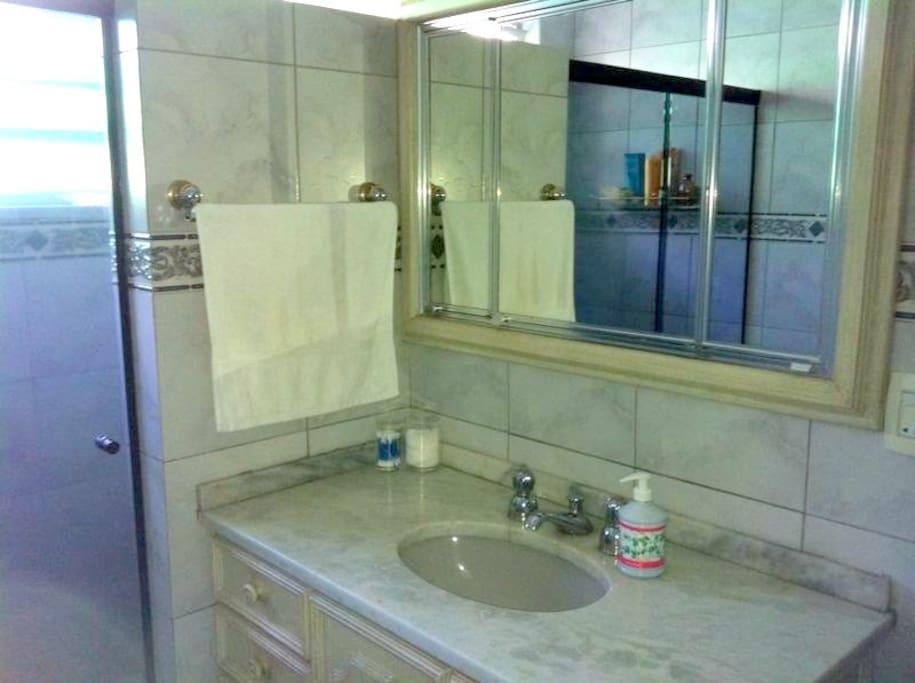 Banheiro com água quente a gás nas torneiras e no chuveiro.