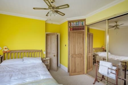 Double ensuite with parking and bus route