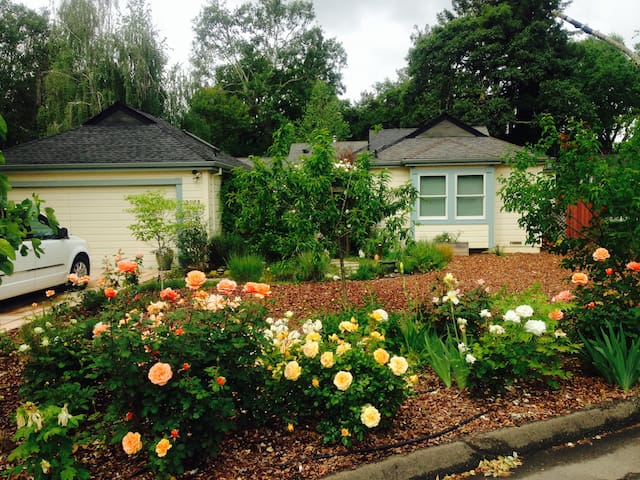 Zen Rose Garden House - Sebastopol - Huis
