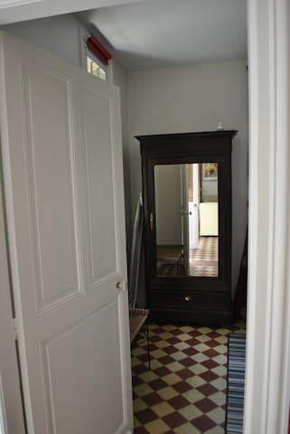 Chambre double n°1 du rez-de-chaussée (armoire à glace)