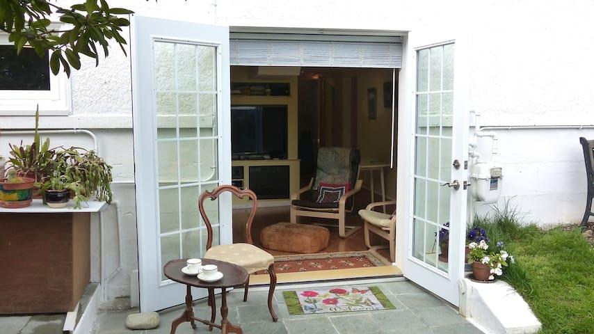 Dundarave Garden Suite - West Vancouver - Flat