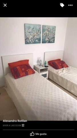 Habitación privada en hermoso piso frente al mar