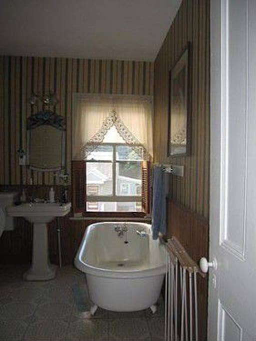 Upstairs bathroom, private for guests renting the Queen room. Shower available downstaris