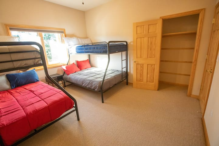 Second bedroom with 2 Bunkbeds (twins on top of fulls)