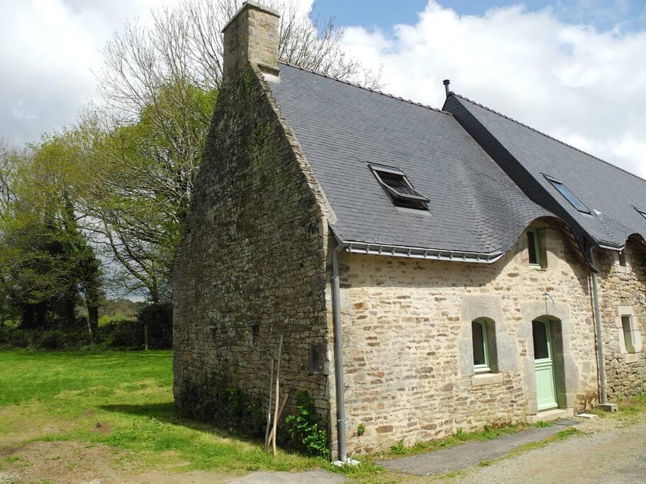 La maison avec son jardin sur l'arrière