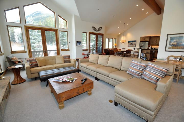 Creekside East Vail 4 bedroom home w/ Ski Lockers - 5166