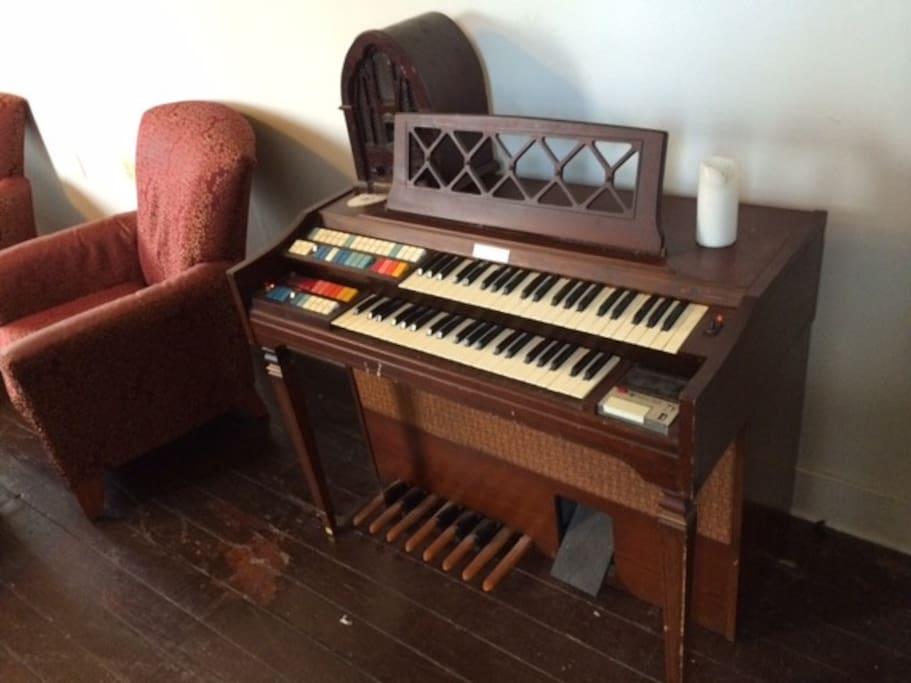 Vintage Wurlitzer Organ