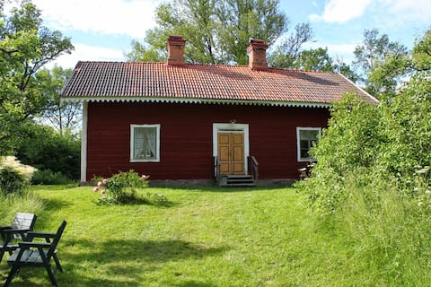 Casa del siglo XIX en paisaje de roble cerca del lago y el golf