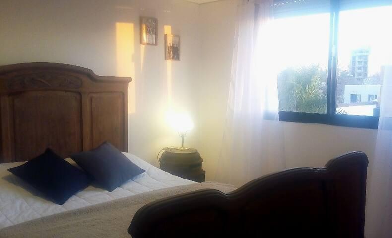Dormitorio con placard y piso entarugado de viraró