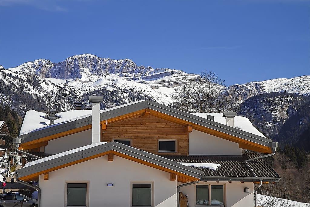 Brenta House e sullo sfondo le Dolomiti