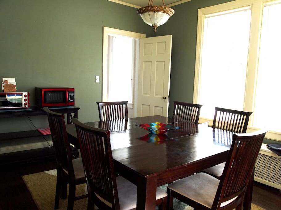 Dining Room - LED-TV, Cable, Internet, WiFi, Microwave, Toaster Oven, K-cup Coffeemaker