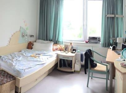 Kleines Zimmer im Wohnheim (Weststadt) - Ravensburg