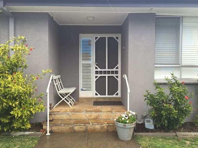 A charming unit conveniently located. - Camberwell - House