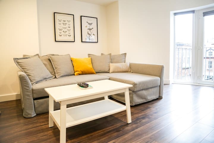 Perfectly Located Grade 2 Listed City Centre Apt.