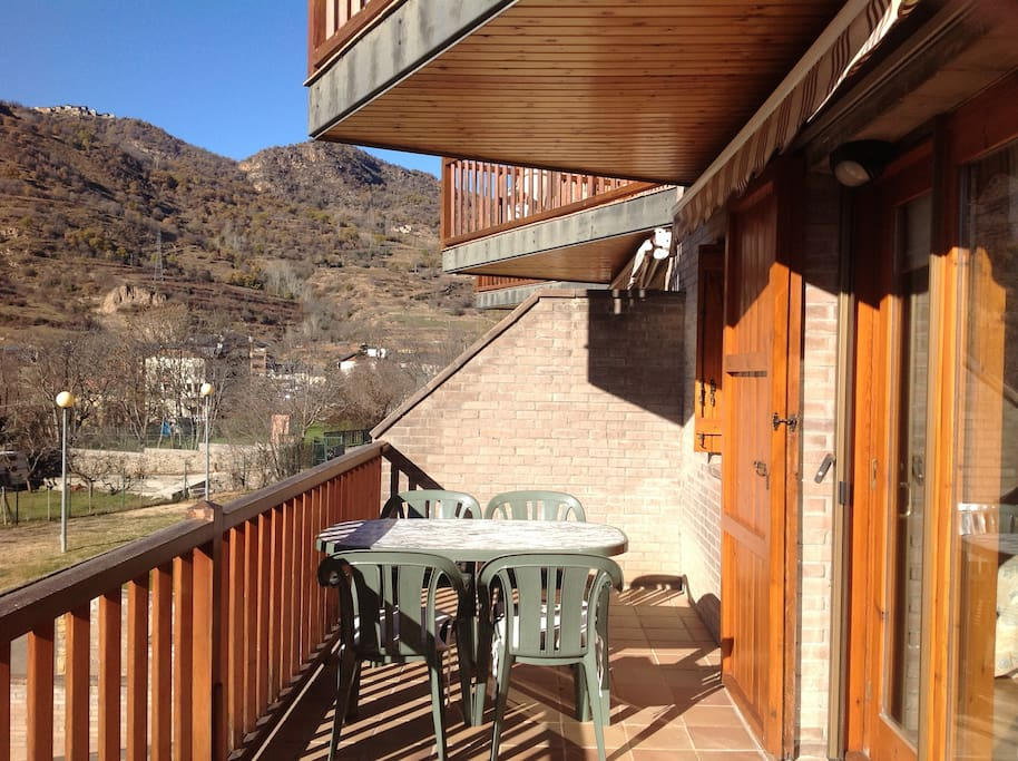 Terraza excelente para  desayunar, comer y cenar en verano e incluso en invierno en días soleados