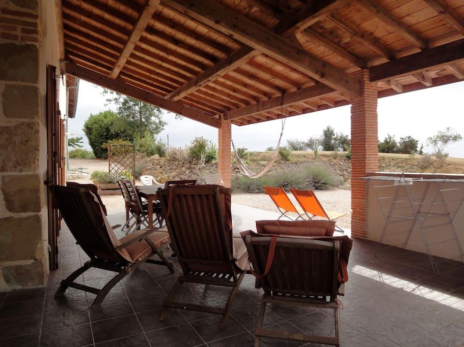Terrasse couverte et cour solarium