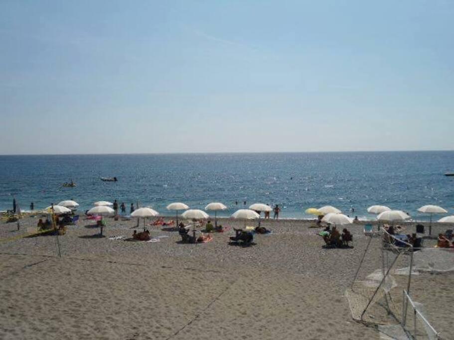 Spiaggia privata riservata solo al Residence attrezzata con ombrelloni e docce gratis