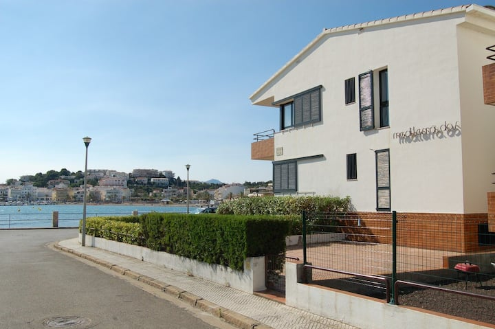 Confortable and bright apartment situated in 1st line of the sea in Sant Carles (Llançà),