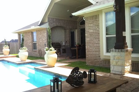 Entertain: Pool, Theater, Bar & 3 Bedrooms - Katy