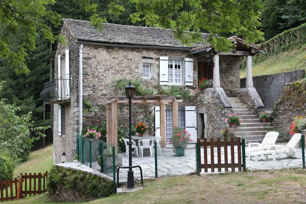 La Gorge - Extérieur - Cour - Terrasse - Barbecue Le cadre