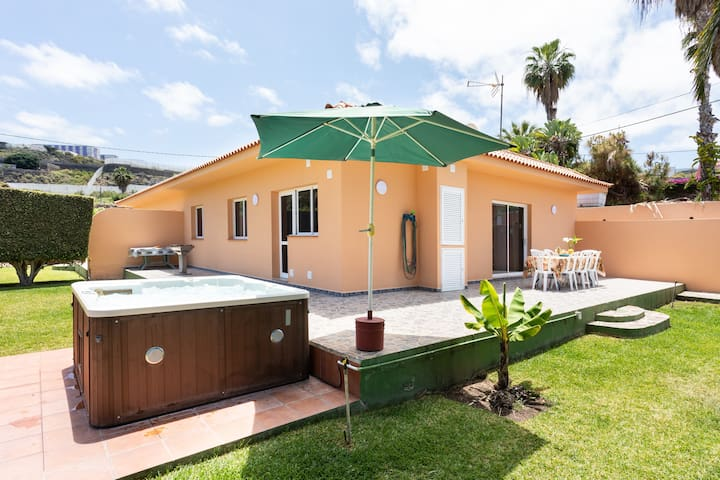 Stylish Holiday Home Las Palmeras with Sea View, Mountain View, Wi-Fi, Jacuzzi, Garden, Pool & Terrace; Parking Available, Pets Allowed
