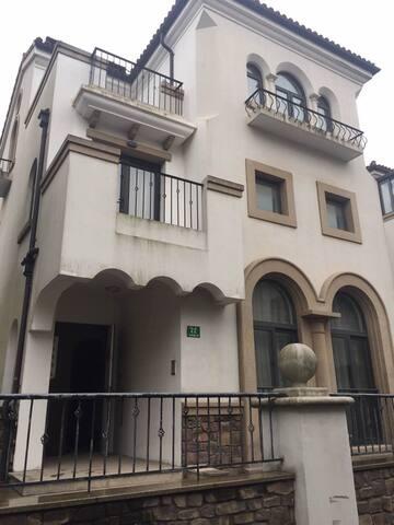 西班牙建筑风格的独立别墅,豪华全新装修,四房四卫,挑空超大客厅,顶楼是超大露台加玻璃阳光房。